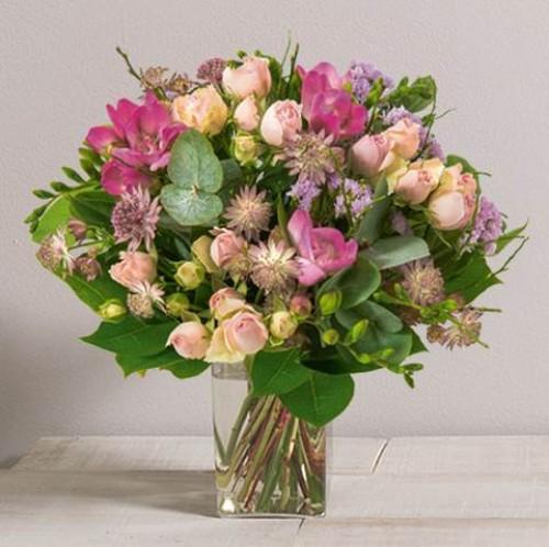 Mamie chérie avec son vase
